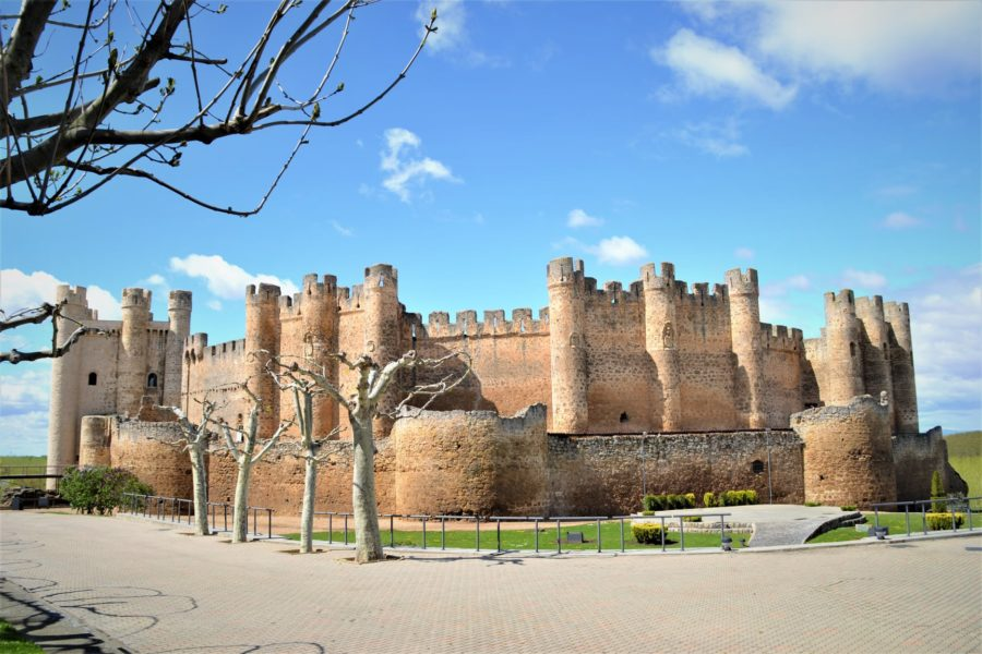 El castillo de Valencia de Don Juan, Tierra de Campos, el sur de León